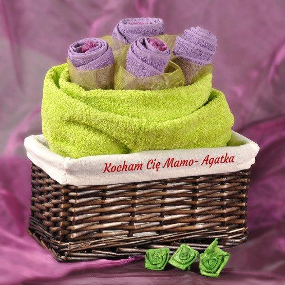 Bukiet z ręczników w koszu wiklinowym