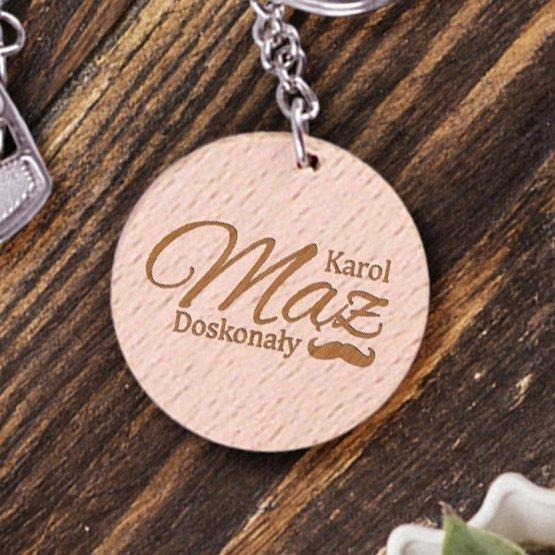 Dwa okrągłe breloki z drewna dla doskonałego małżeństwa