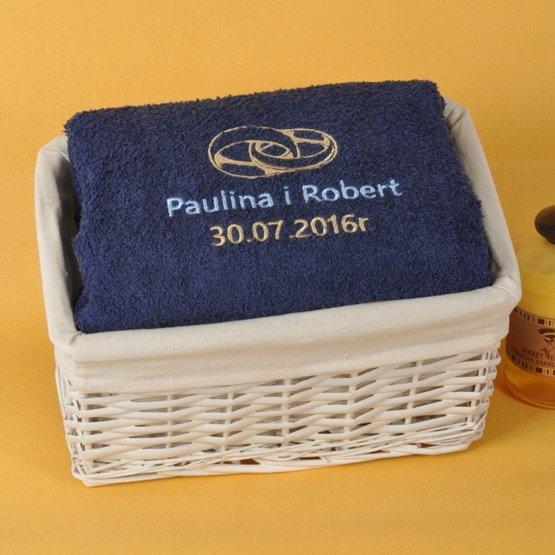 Dwa ręczniki kąpielowe z imionami, w koszyku